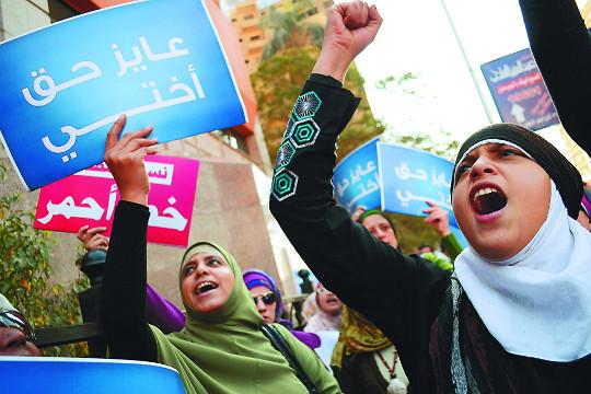 2011년 이집트 카이로에서 군의 여성 포로를 대상으로 한 '순결 검사'에 항의하는 여성 시위대. AP신화뉴시스