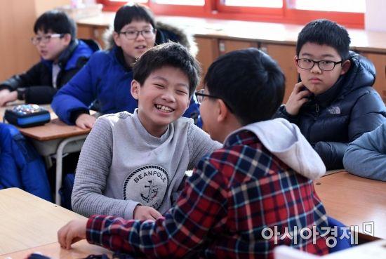 겨울방학을 마치고 24일 개학한 서울 성동구 옥수초등학교 4학년1반 학생들이 장난치며 즐거워하고 있다./김현민 기자 kimhyun81@
