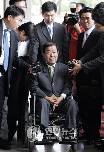 2007년 도곡동 땅 차명 의혹 관련 검찰에 소환된 김재정(가운데)씨와 그를 보좌하던 이병모(뒷줄 가운데)씨. [연합뉴스]