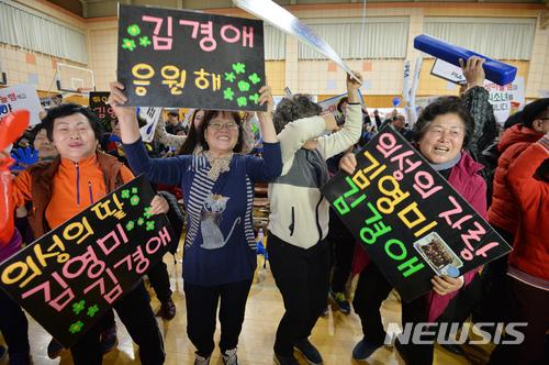 【의성=뉴시스】우종록 기자 = 평창동계올림픽 여자 컬링대표팀이 준결승전에서 일본을 상대로 승리를 거둔 23일 오후 경북 의성군 의성여고 체육관에서 주민들이 승리의 기쁨을 함께 나누고 있다. 2018.02.23. wjr@newsis.com
