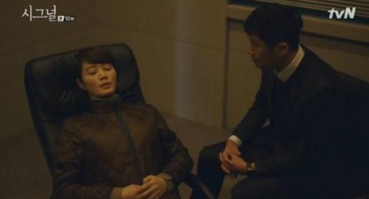 드라마 시그널에서 형사 차수현(김혜수)이 연쇄살인사건의 단서를 찾기 위해 최면수사를 받고 있다./ tvN 드라마 시그널 캡처