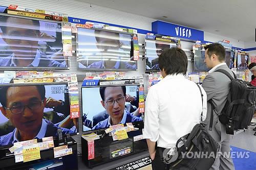 李明博大統領独島訪問のニュースを伝える、日本の放送局(東京=教徒連合ニュース)10日午後、李明博大統領の独島訪問のニュースを日本の市民がTVを通じて見ている。 2012.8.10 photo@yna.co.kr