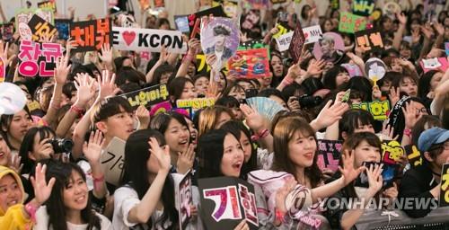 CJ E&M日でKポップコンサート開いて...  熱狂するファン(千葉市<日本の千葉県> =聯合ニュース)20日夕方、東京近く千葉(千葉)市幕張メッセでCJ E&Mが主催した「ケイコーン(KCON)2017ジャパン」のコンサートで日本の韓流ファンが熱狂している。 2017.5.21 [CJ E&M提供=聯合ニュース]