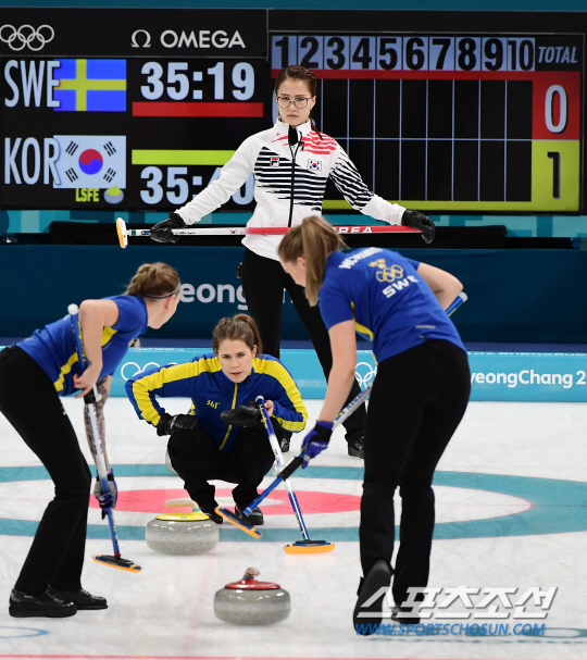 평창 동계올림픽 여자 컬링 결승전 한국과 스웨덴의 경기가 25일 오전 강릉 컬링센터에서 열렸다. 김은정이 스웨덴을 공격을 지켜보고 있다. 강릉=정재근 기자 cjg@sportschosun.com/2018.02.25/