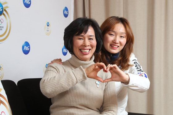 평창올림픽 쇼트트랙에서 금메달을 2개 딴 최민정(오른쪽)이 든든한 지원을 해준 어머니 이재순씨와 손 하트를 만들며 활짝 웃고 있다. [우상조 기자]
