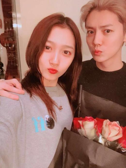 """[룩@차이나] """"중독 수준"""" 루한♥관효동, 日서 커플 실내 흡연 논란"""
