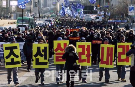 전국금속노동조합이 지난달 24일 서울 광화문에서 열린 구조조정 저지를 위한 집회를 마친 후 청와대를 향해 행진하고 있다.  뉴시스