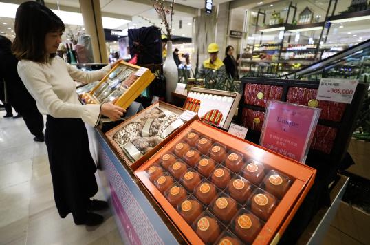 서울 시내 한 백화점에서 고객들이 상품을 살펴보고 있다.[사진=연합뉴스]