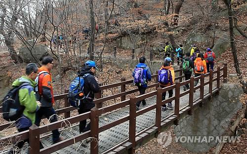 휴일 봄맞이 산행 [연합뉴스 자료사진]