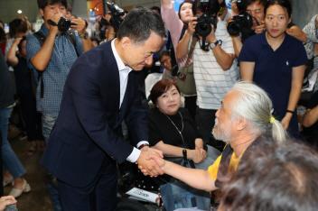 박능후(사진 왼쪽) 보건복지부 장관이 지난해 장애인단체 관계자와 만나 대화를 나누고 있다. 사진=보건복지부.