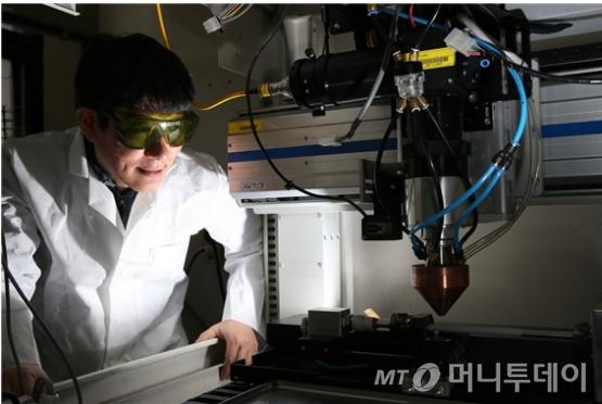 세계 최초로 '3D프린팅기반의 내열 합금 신기술 개발을 이끈 김현길 한국원자력연구원 책임연구원이 공정을 지켜보고 있다./사진제공=한국원자력연구원