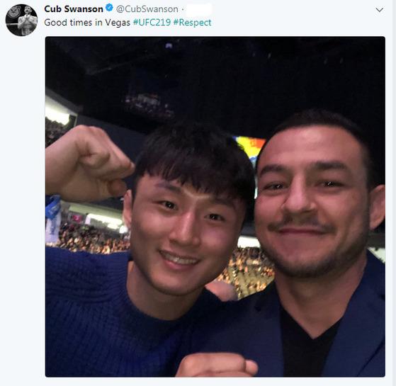 2017년 12월 31일 열린 UFC 219를 함께 관전한 최두호(왼쪽)와 컵 스완슨. [스완슨 SNS]