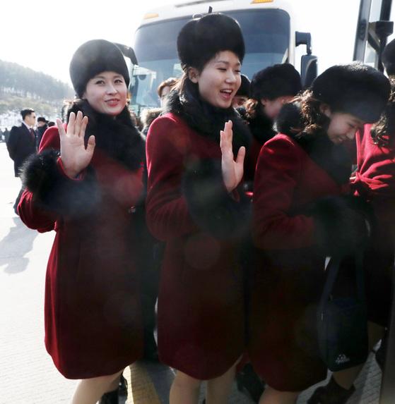 북한 응원단이 7일 오후 강원도 인제로 이동하던 중 가평휴게소에 도착해 휴식 시간을 가졌다 . 응원단원들이 버스로 이동하며 취재진에게 손을 흔들고 있다. [뉴스1]