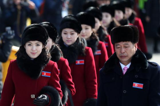 북한 응원단 여성들이 7일 경기도 가평군 가평휴게소에 잠시 정차해 줄 지어 이동하고 있다.[뉴스1]