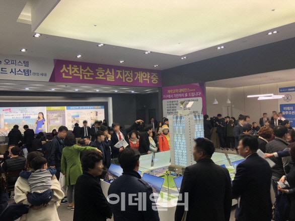 '명지 제나우스 블루오션' 모델하우스 내방객들이 단지 모형을 살펴보고 있다.