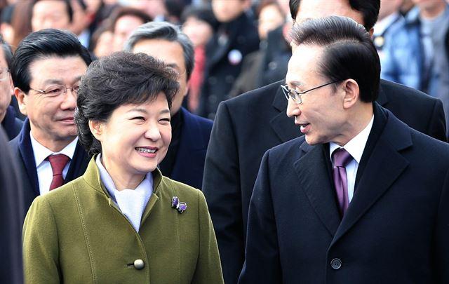 [2012년 2월 25일] 제18대 대통령으로 취임한 박근혜 전 대통령이 서울 여의도 국회의사당 앞마당에서 열린 취임식을 마친 후 이명박 전 대통령과 함께 행사장을 나서고 있다. 고영권기자