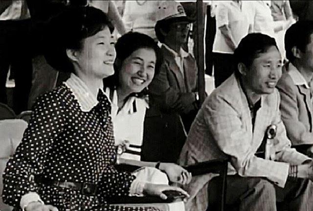 [1979년 6월10일] 한양대학교에서 열린 제1회 새마음제전에 참석한 박근혜, 이명박 전 대통령이 최순실(가운데)과 대화를 나누며 웃고 있다. KBS캡쳐