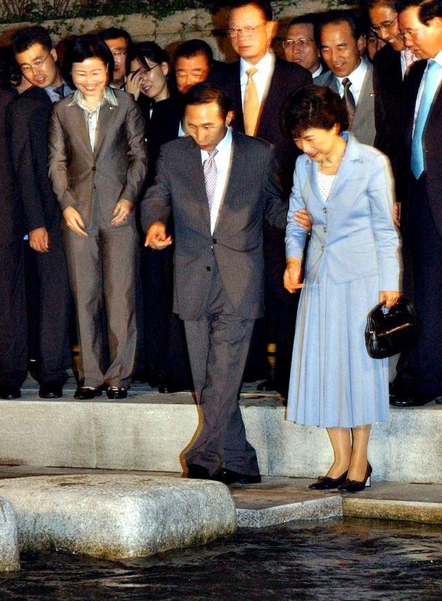 [2005년 9월 20일] 이명박 당시 서울시장이 마무리공사가 한창이던 서울 청계천 복원 공사 현장으로 박근혜 당시 한나라당 대표와 주요 당직자들을 초청해 둘러보고 있다. 국회사진기자단