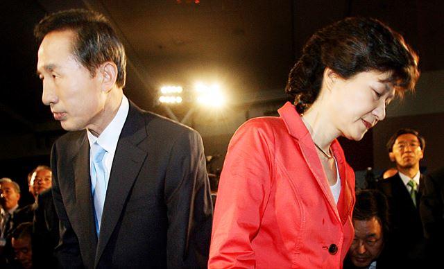 [2007년 6월 10일] 부산 벡스코에서 열린 한나라당 정책비전대회에 입장한 이명박 전 서울시장과 박근혜 전 대표가 반대 방향으로 몸을 돌리며 자리에 앉고 있다. 연합뉴스