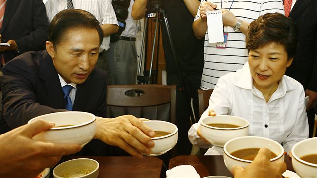 [2007년 8월 10일] 한나라당 이명박, 박근혜 후보가 전주시내 비빔밥집에서 화합을 위해 이 지역 전통 모주로 건배를 하고 있다. 국회사진기자단