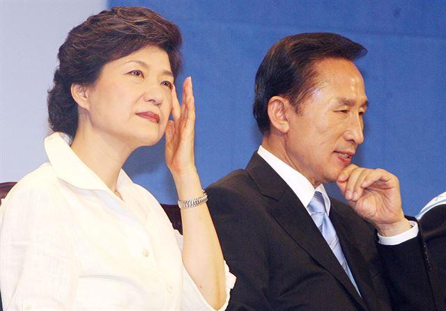 [2007년 8월 13일] 이명박, 박근혜 후보가 경기 안양시 안양체육관에서 열린 한나라당 대통령 후보 합동연설회에서 얼굴을 만지며 연설순서를 기다리고 있다. 고영권기자