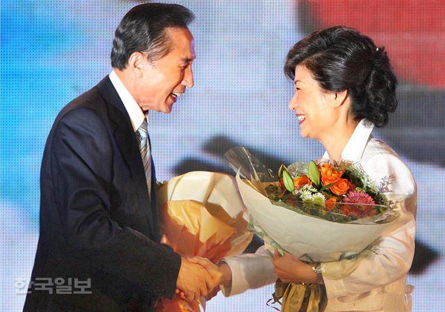 [2007년 8월 20일] 한나라당 대선 후보로 선출된 이명박 후보가 박근혜 후보와 악수하고 있다. 손용석기자