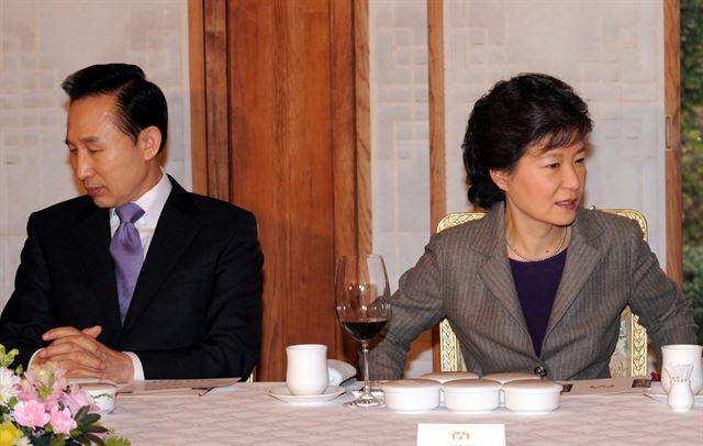 [2009년 2월 2일] 청와대에서 열린 한나라당 최고위원 및 중진의원 초청 오찬에서 이명박 당시 대통령이 박근혜 전 대표와 어색한 표정을 짓고 있다. 손용석기자
