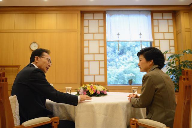 [2012년 12월 28일] 이명박 전 대통령이 박근혜 당시 대통령 당선인을 청와대로 초청해 담소를 나누고 있다. 청와대제공