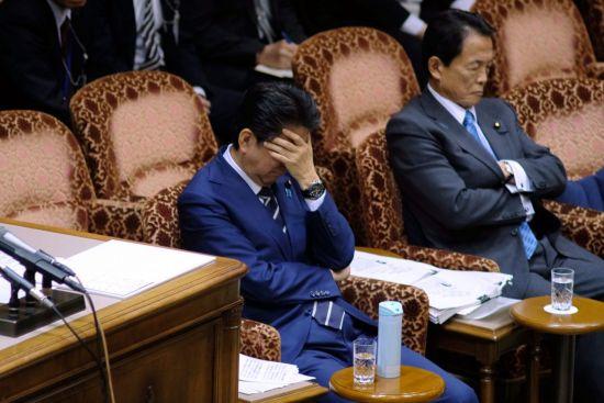 아베 신조 일본 총리(왼쪽)와 아소 다로 부총리 겸 재무상 [이미지출처=연합뉴스]