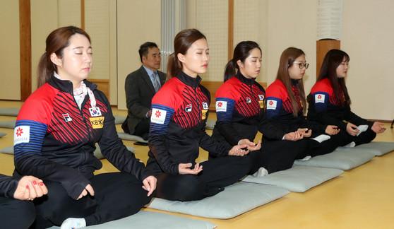 컬링 대표팀이 12일 경북 의성 고운사에서 명상을 하고 있다. 의성=강정현 기자
