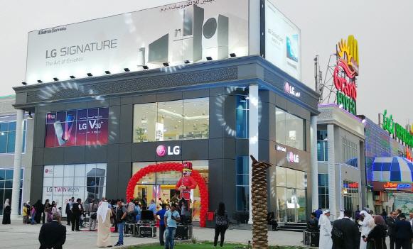 LG전자가 11일(현지시간) 쿠웨이트 로자나몰에 프리미엄 브랜드샵을 개관했다.  사진=LG전자