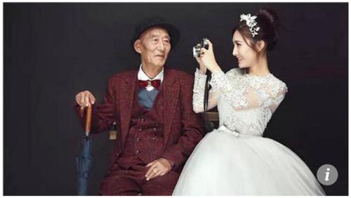 중국 쓰촨(四川) 성 청두(成都)에 사는 푸모(25·사진 오른쪽)씨의 할아버지(87·왼쪽)는 뇌졸중과 건강 악화 등으로 거동이 어려운 신세다. 최근 몇 달 사이 병원에 가는 날이 부쩍 많아진 가운데 의사도 푸씨에게 할아버지와 이별할 시간이 얼마 남지 않았다고 말한 것으로 알려져, 어렸을 때부터 자기를 돌봐준 할아버지를 걱정하는 마음이 푸씨에게 점점 가득해졌다. 할아버지가 자기와 살 날이 얼마 남지 않았음을 직감한 푸씨는 웨딩드레스를 입고 할아버지와 기념사진을 찍기로 했다. 푸씨는 아직 교제하는 사람이 없어 언제 결혼할지 모른다는 생각에 할아버지를 위해 결단을 내렸다. 홍콩 사우스차이나모닝포스트 홈페이지 캡처.