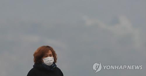 미세먼지와 함께 온 따뜻한 날씨 (서울=연합뉴스) 서명곤 기자 = 13일 오전 서울 광화문에서 마스크를  쓴 시민들이 발걸음을 재촉하고 있다. 2018.3.13      seephoto@yna.co.kr