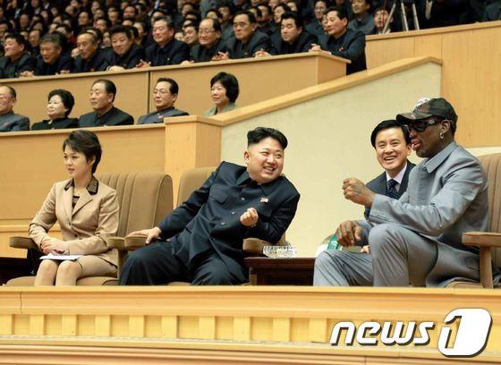 북한 김정은 국방위원회 제1위원장이 데니스 로드먼 등 미국 프로농구(NBA) 출신 선수들의 농구경기를 관람했다고 노동신문이 9일 보도했다. (노동신문) 2014.1.9/뉴스1