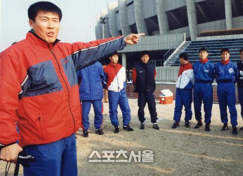 차범근 감독이 축구 국가대표팀 사령탑 시절이던 1996년 잠실올림픽주경기장 보조경기장에서 선수들을 지도하고 있다. 스포츠서울DB