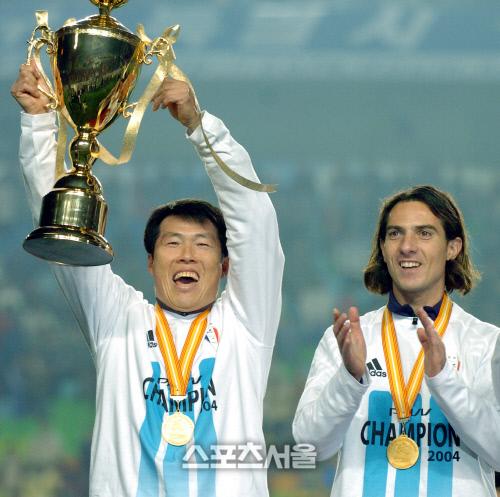 차범근 전 감독이 수원 사령탑 시절이던 2004년 12월12일 K리그 정상에 등극한 뒤 우승 트로피를 높이 들어올리고 있다. 수원 | 최승섭기자