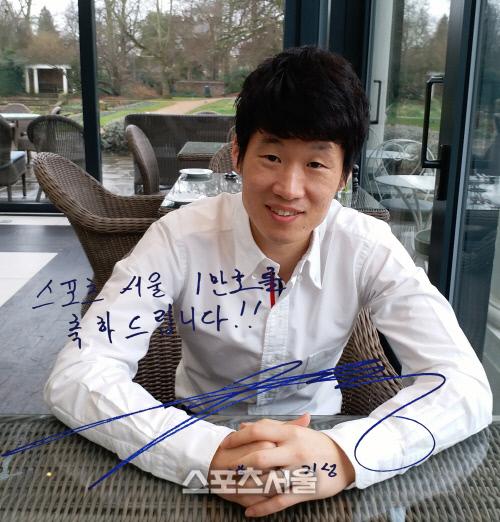박지성이 스포츠서울 1만호 인터뷰를 마친 뒤 밝게 웃고 있다. 윔블던   고건우통신원