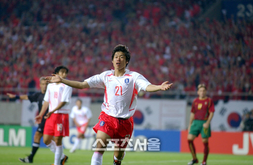 박지성이 2002 월드컵 포르투갈과 조별리그 최종전에서 결승골을 넣은 뒤 세리머니하고 있다. 인천   강영조기자