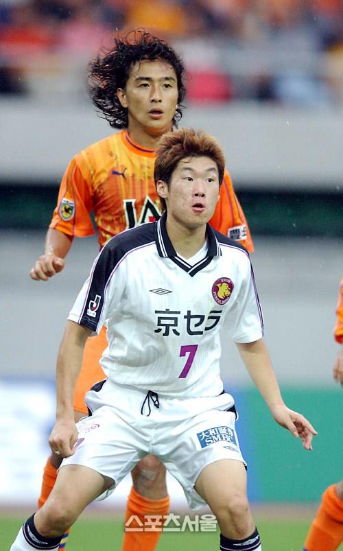박지성과 안정환이 2002년 10월19일 일본 시즈오카에서 열린 J리그 시미즈-교토 맞대결 도중 세트피스를 대비하고 있다. 스포츠서울DB