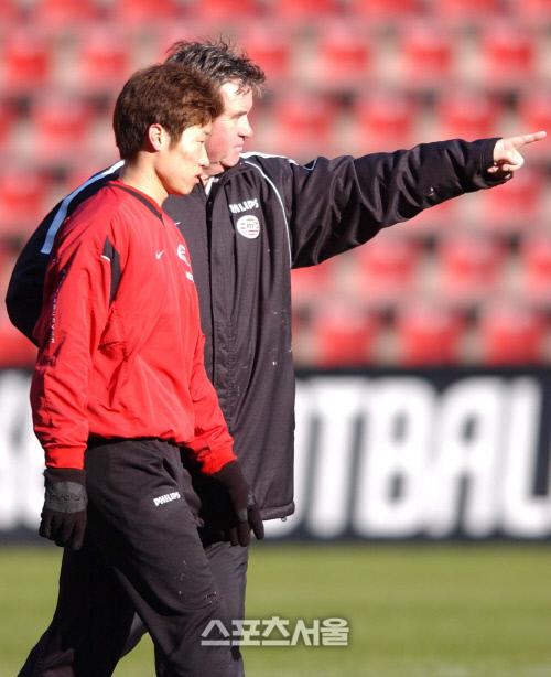 거스 히딩크 PSV 감독이 2003년 2월14일 같은 팀 미드필더 박지성을 훈련 도중 지도하고 있다. 에인트호번   강영조기자