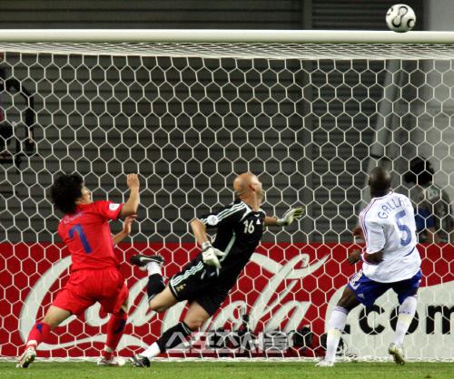박지성이 2006년 6월19일 독일 월드컵 프랑스전에서 동점골을 넣고 있다. 라이프치히   배우근기자