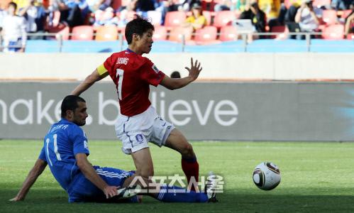 박지성이 2010년 6월12일 남아공 월드컵 그리스전에서 선제 결승포를 터트리고 있다. 포트 엘리자베스   최승섭기자