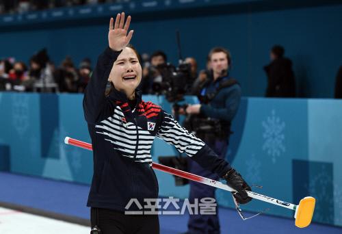 자신의 샷으로 일본을 연장 승부 끝에 꺾고 결승 진출을 확정한 뒤 관중석을 향해 손을 흔들며 눈물을 흘리는 김은정.