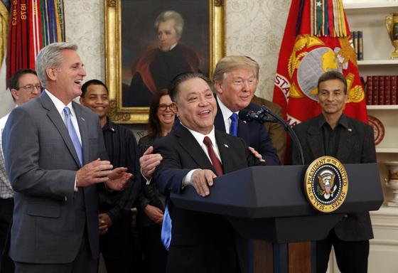 지난해 11월 백악관을 방문한 혹 탄 브로드컴 최고경영자(CEO)를 '대단한 사업가'라고 추켜세우던 트럼프 대통령. [연합뉴스]