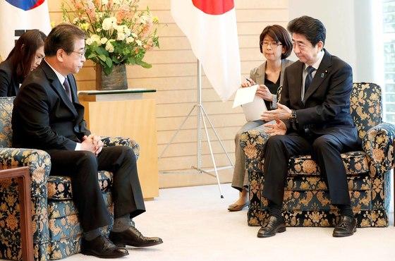 13일 서훈 국정원장과 만난 아베 신조 일본 총리[로이터=연합뉴스]