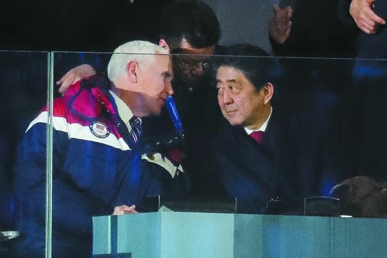 마이크 펜스 미국 부통령(왼쪽)이 지난달 9일 평창올림픽 개회식에서 아베 신조 일본 총리와 대화하고 있다. [뉴스1]