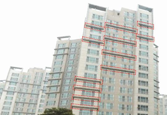 인천지역 한 아파트의 외관 모습. 붉은색 점선으로 표시한 부분이 스티로폼이 재료로 들어간 마감재가 사용된 부분이다. 독자 제공