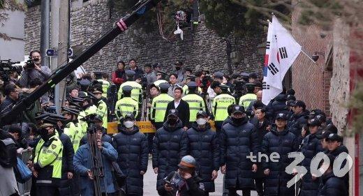 '뇌물수수, 횡령, 조세포탈' 등 혐의를 받고 있는 이명박 전 대통령이 소환되는 14일 오전 서울 강남구 논현동 이 전 대통령 자택 앞에 경찰들이 경비를 서고 있다.