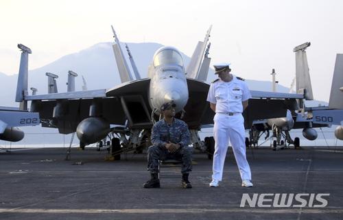 【다낭(베트남)=AP/뉴시스】지난 5일 베트남 다낭에 정박한 미 핵추진 항공모함 칼빈슨호 갑판 위에서 미 해군 장교들이 이야기하고 있다. 미 해군은 14일 칼빈슨호가 남중국해에서 일본 해상자위대와 공동훈련을 시작했다고 밝혔다. 이번 훈련은 남중국해에서 중국을 견제하기 위한 것으로 보인다. 2018.3.14