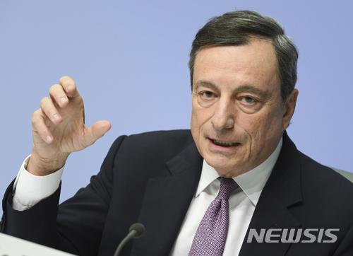 """【프랑크푸르트=AP/뉴시스】유럽중앙은행(ECB)이 기준금리 등 핵심금리와 채권매입 부양책을 유지하기로 결정한 가운데 마리오 드라기 ECB 총재가 25일(현지시간) 유로화 강세에 대한 우려를 표명했다. 드라기 총재는 이날 독일 프랑크푸르트에서 열린 통화정책회의 후 기자회견에서 """"유로화 강세로 경기부양책을 중단하지 못하고 있다""""고 밝혔다. 유로화는 달러 대비 1.25유로로 상승해 2012년 9월 이후 최고치를 기록했다. 2018.01.26"""